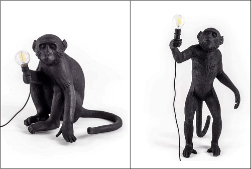 обезьяна держит лампочку